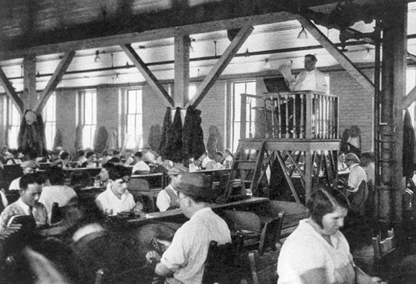 Лектор, развлекающий фабричных рабочих