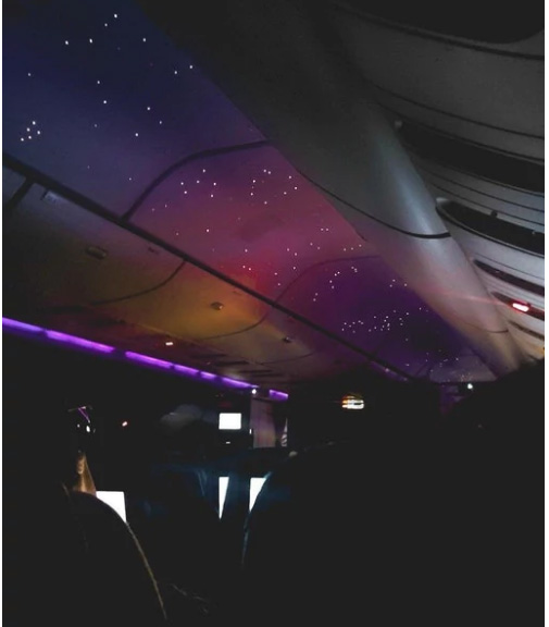 ночное небо в салоне самолета