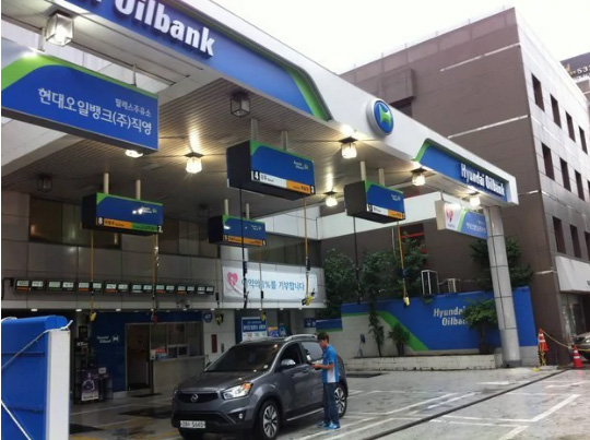 насосы для заправки топлива висящие с крыши